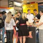 Feira lotada para ver o stand Dinnil